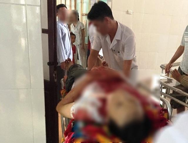 Anh V.V.C. vẫn đang nằm cấp cứu tại Bệnh viện Việt Đức trong tình trạng nguy kịch với vết thương khá nặng và vẫn chưa tỉnh