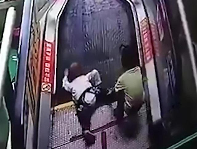 Bé trai bị kẹp ngón tay vào phần chuyển tiếp giữa cầu thang và nền nhà