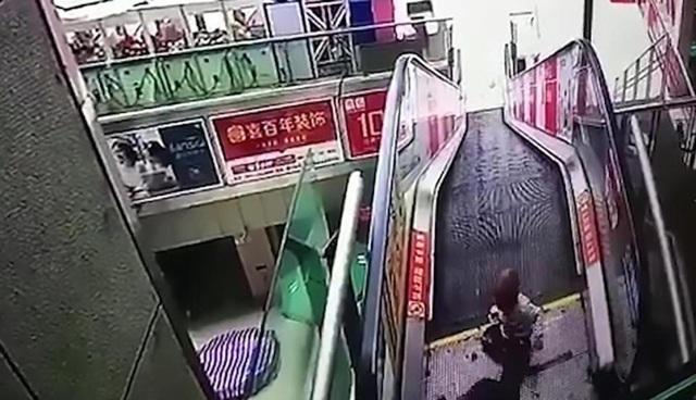 Người anh đi gọi mọi người đến cứu trong khi cậu bé vẫn nằm sấp trên mặt đất