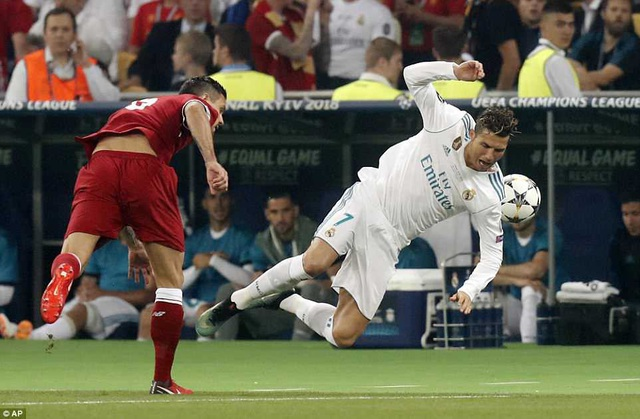C.Ronaldo chịu sự kèm cặp rất chặt từ trung vệ Lorven