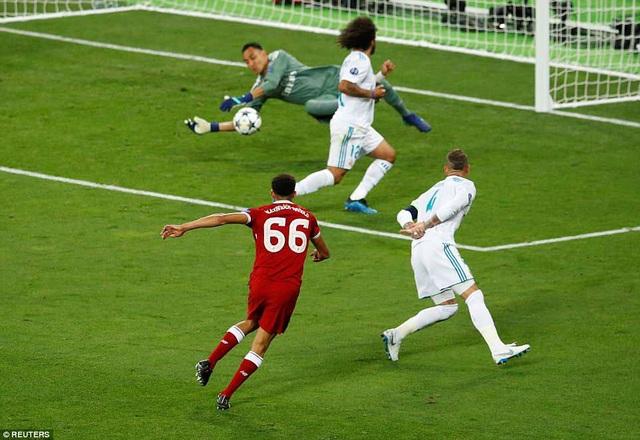 Hậu vệ phải Arnold uy hiếp cầu thủ môn Real Madrid với pha dứt điểm trong vòng cấm