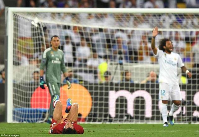 Cầu thủ người Ai Cập đau đớn nằm trên sân
