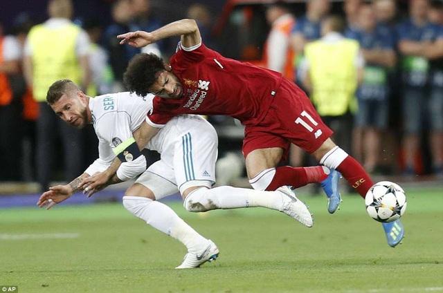 Phút 27 Ramos chơi tiểu xảo khiến Salah bị đau