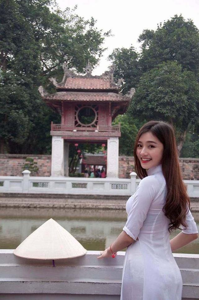 Được biết nhân vật chính của đoạn video này chính là Nguyễn Thị Lý. Cô gái sinh năm 1995 đến từ Nghệ An tỏ ra khá bất ngờ xen lẫn hạnh phúc khi bỗng dưng nhận được rất nhiều sự yêu mến từ mọi người.