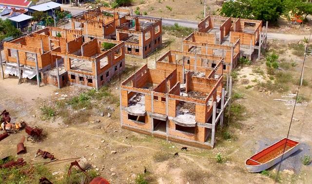 Từ ngày được khởi động, tiến độ xây dựng KDL Bình Tiên gần như giẫm chân tại chỗ, vài căn biệt thự chưa xây dựng xong phần thô.