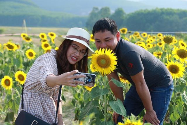 Một cặp đôi rạng rỡ trên cánh đồng hoa