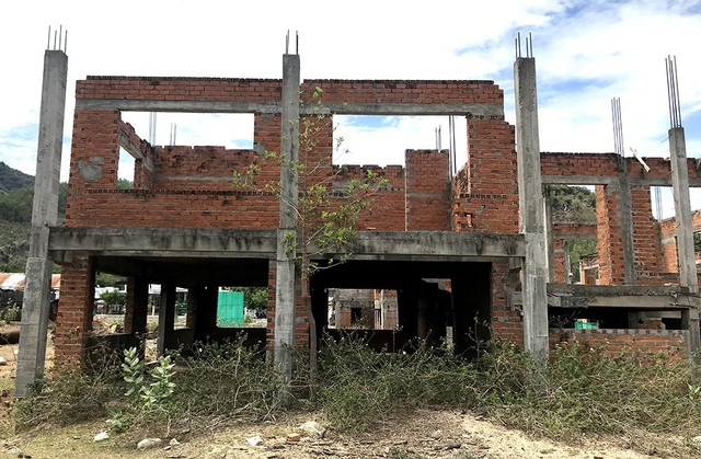 Vài căn biệt thự chưa xây dựng xong phần thô.