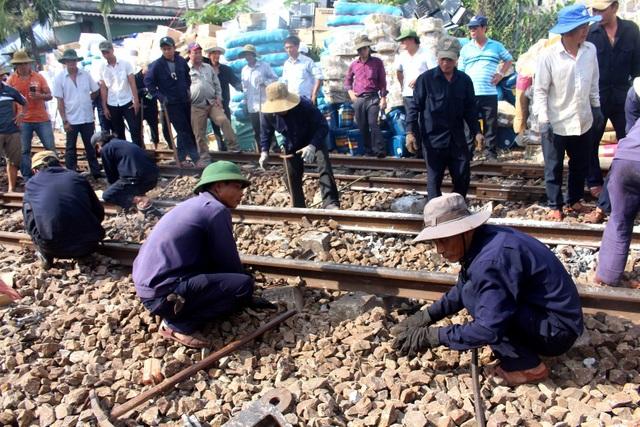 Các công nhân đang khẩn trương khắc phục hậu quả vụ tai nạn