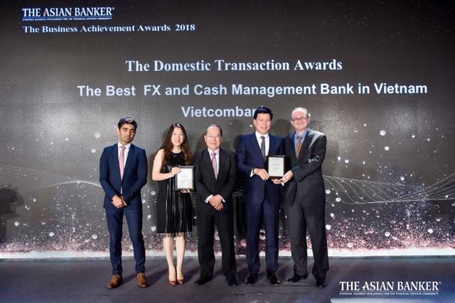 Đại diện Vietcombank, ông Phạm Mạnh Thắng – Phó Tổng Giám đốc (thứ 2 từ phải sang) và bà Phan Khánh Ngọc – Trưởng phòng Quan hệ Công chúng TSC (thứ 2 từ trái sang) nhận giải thưởng do The Asian Banker trao tặng