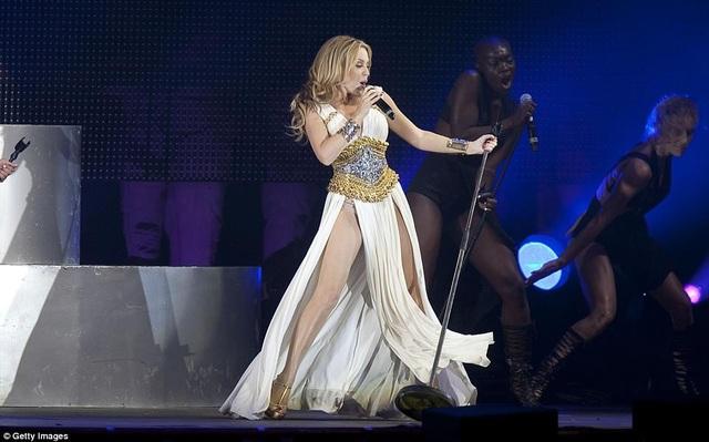 Kylie Minogue - người từng bị mắc bệnh ung thứ vú vào năm 2005 cũng thừa nhận hôn nhân không giành cho cô