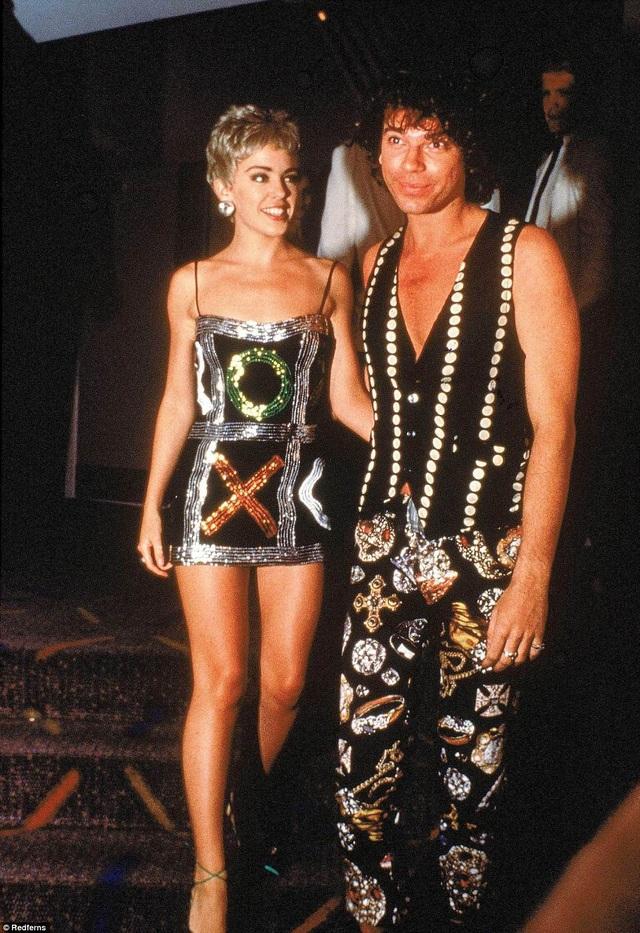 Kylie và một trong những bạn trai của cô - rocker Michael Hutchence. Cặp đôi hẹn hò từ thập niên 80 thế kỷ trước. Gần đây nhất, ca sỹ xinh đẹp đã chia tay bạn trai trẻ Joshua Sasse.