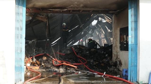 Cả nghìn m2 nhà xưởng cháy tan hoang