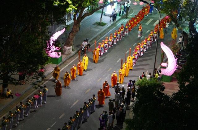 Đoàn rước Phật dài 2 km trên đường phố Huế - 7