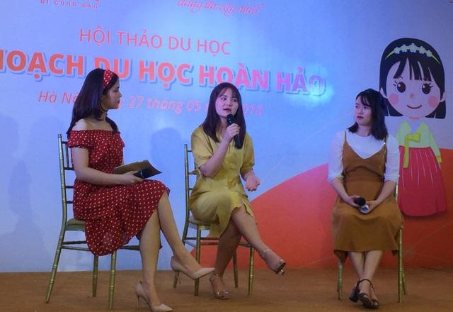 Trần Thị Ngọc Ánh (giữa) và Nguyễn Thùy Mai (phải) chia sẻ về kinh nghiệm du học Hàn Quốc.