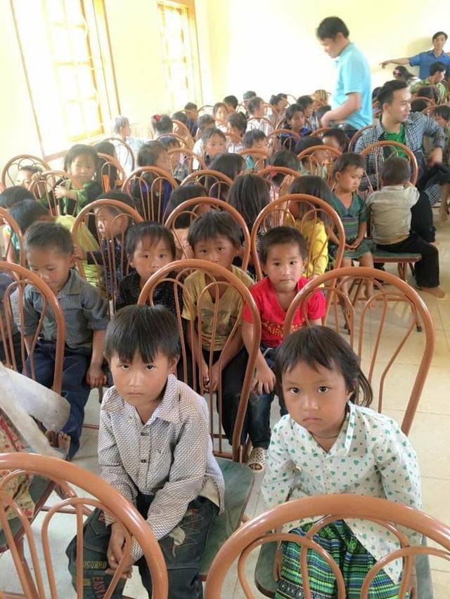 Những em bé vùng cao Bản Kéo Ca háo hức chờ nhận quà từ đoàn từ thiện