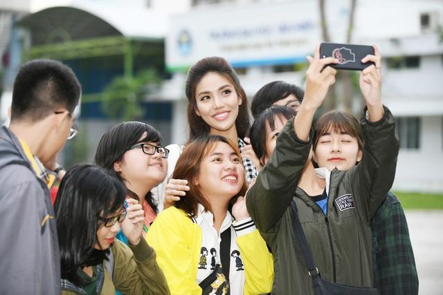 Hoa khôi Lan Khuê tặng sách và chụp ảnh lưu niệm với sinh viên.