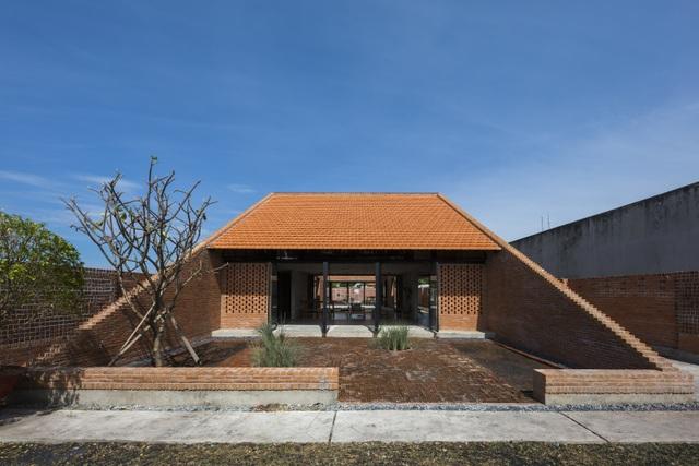 Được biết ngôi nhà đặc biệt này thuộc về một gia đình ở tỉnh Long An, Việt Nam. Thiết kế của công trình được lấy cảm hứng từ những ngôi nhà Việt cổ kết hợp cùng ngôn ngữ kiến trúc đương đại.