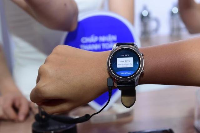 Gear S3 giúp người dùng thanh toán hóa đơn vô cùng nhanh chóng, tiện lợi và an toàn mà chẳng cần sử dụng điện thoại hay ví tiền