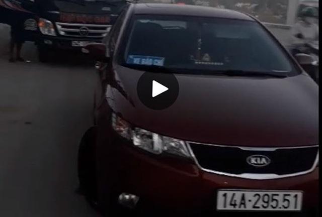 Chiếc xe được cho là QLTT dùng để chặn xe chở gas (ảnh báo TP)