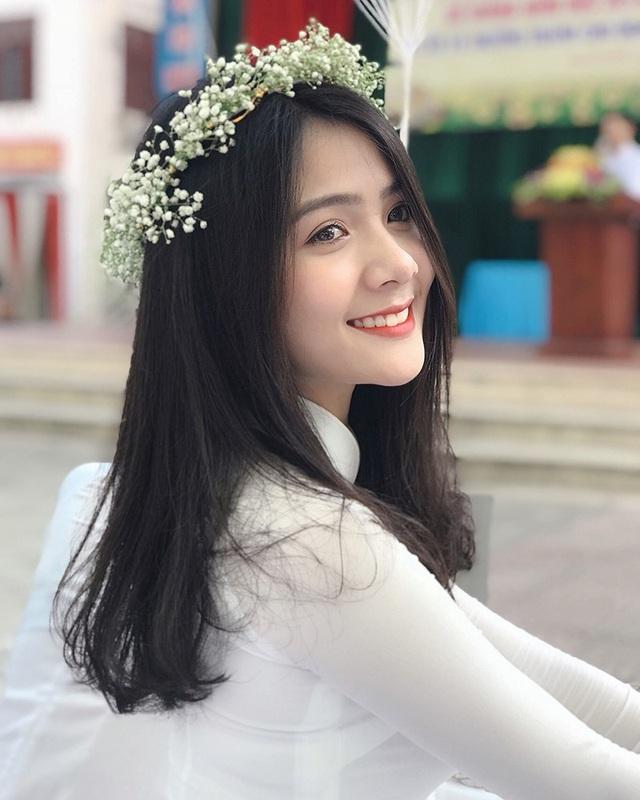 Lần đầu tiên Thu Giang xuất hiện trên các phương tiện truyền thông là vào tháng 9/2017. Khi ấy, Giang cũng mặc chiếc áo dài trắng thướt tha, khoe nụ cười rạng rỡ gây thương nhớ cho biết bao chàng trai.
