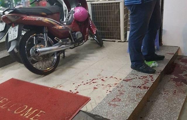 Hiện trường nhóm cướp dùng dao tấn công người truy đuổi.
