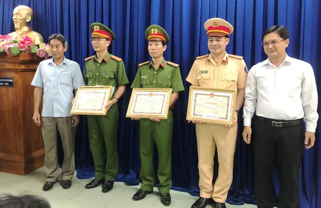 Lãnh đạo Quận ủy, UBND quận Thủ Đức tặng giấy khen cho tập thể Đội CSHS, CSGT, Công an phường Linh Chiểu, quận Thủ Đức.