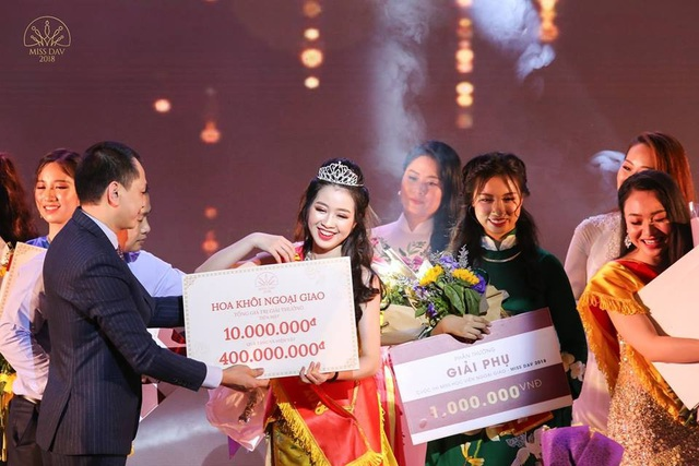 Ông Ngô Minh Tuấn trao giải Hoa khôi Học Viện Ngoại Giao 2018 cho Lê Ngọc Thùy Dương