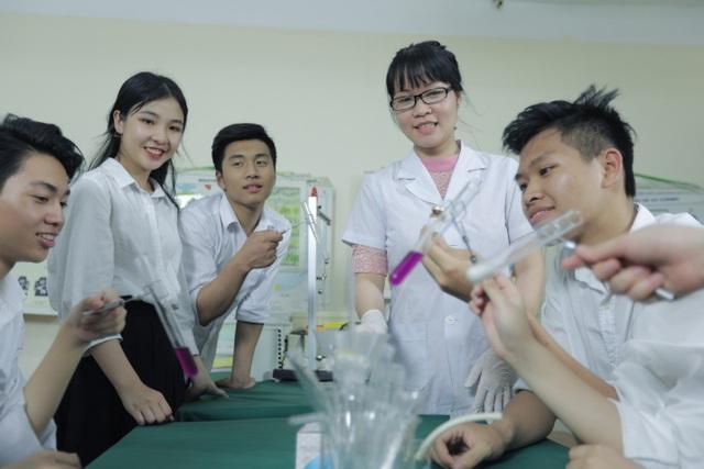 Thí nghiệm tại Phòng Thí nghiệm Hoá của trường.