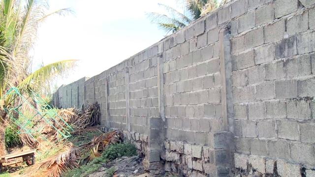 Tường bê tông kiên cố kéo dài gần km, chắn lối đi lại của người dân