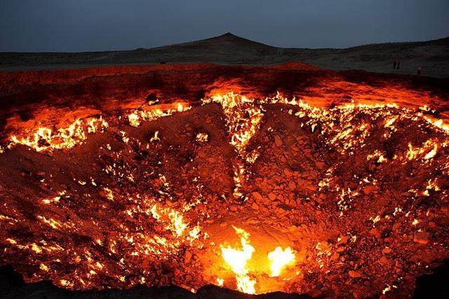 Hố lửa khổng lồ tạo nên quầng sáng lớn cả một vùng