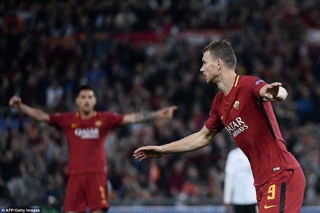 Dzeko (phải) ghi bàn thắng quân binh tỉ số cho Roma ở đầu hiệp hai