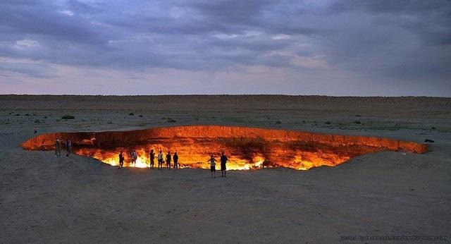"""""""Cổng địa ngục"""" bốc cháy ngùn ngụt trên sa mạc suốt nửa thế kỷ - 6"""