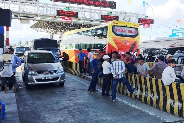 Các tài xế dừng xe phản đối thu phí đối với các ô tô trên địa bàn thị xã Ninh Hòa