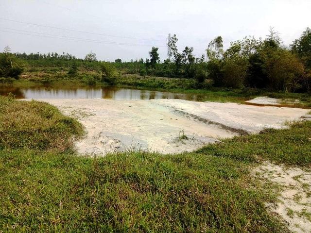 Cát xả thải tràn ra đã nuốt 4 cái hồ nuôi cá của ông Quý