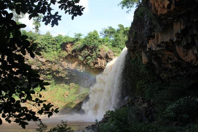 Nằm giữa một vùng hoang sơ, thác Lệ Kim đã phục vụ nước tưới cho hàng ngàn diện tích cây nông nghiệp trên địa bàn