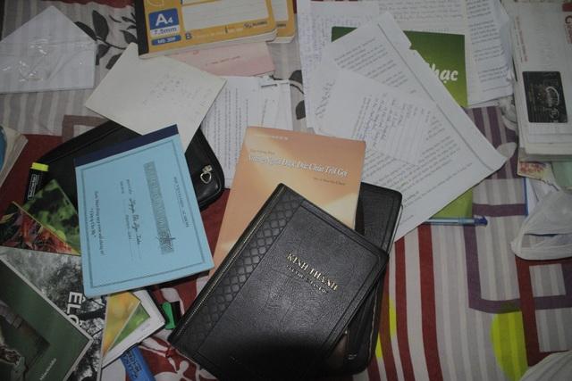 Tài liệu liên quan Hội thánh Đức Chúa Trời công an thu giữ tại nhà đối tượng Hiếu.