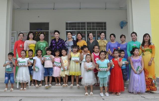 Chủ tịch Quốc hội Nguyễn Thị Kim Ngân đến dự Lễ bàn giao công trình Trường Mầm non Hưng Thạnh tại phương Hưng Thạnh.