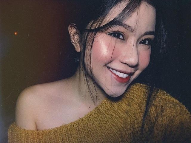 Quỳnh Thi theo đuổi phong cách thời trang nữ tính và có chút bánh bèo đơn giản.