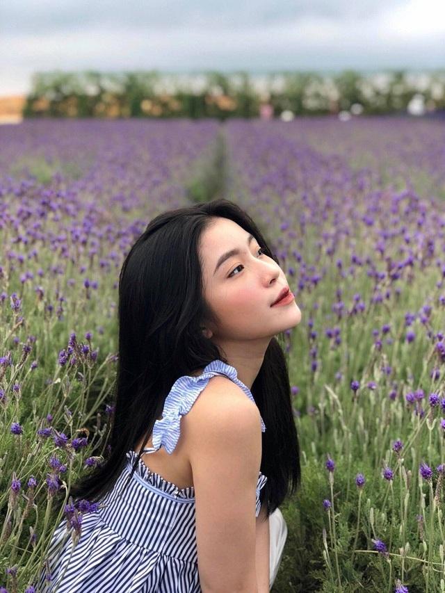 Quỳnh Thi được nhiều người biết đến từ những bài chia sẻ bí quyết làm đẹp hiệu quả trên Instagram. Không chỉ xinh đẹp, 9x còn có sức hút riêng nhờ phong cách thời trang ấn tượng, khả năng chụp ảnh đẹp không kém những hot girl có tiếng.