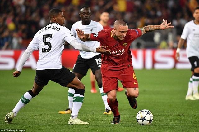 Wijnaldum (trái) cố gắng ngăn cản Nainggolan đi bóng. Roma chủ động tấn công nhanh từ đầu trận