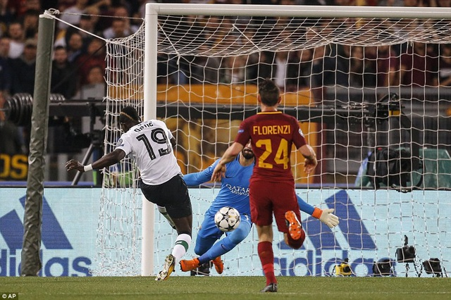 Phút 9, tận dụng sai lầm của Nainggolan, Liverpool mở tỉ số bằng bàn thắng của Mane