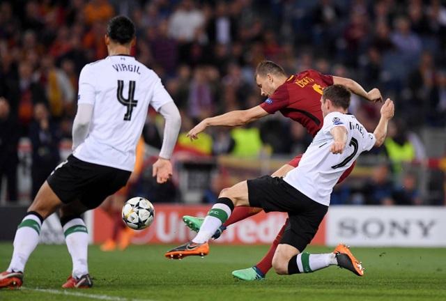 Mãi tới phút 52, Dzeko mới giúp Roma gỡ hòa 2-2