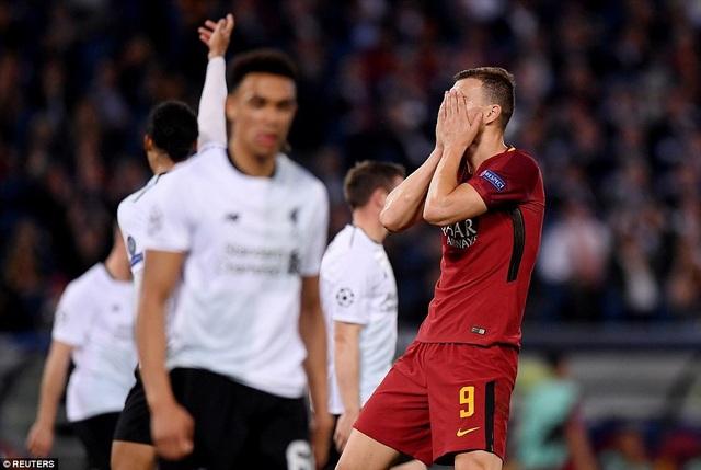 Dzeko tiếc nuối sau một pha dứt điểm không thành công, bỏ lỡ đi cơ hội giúp Roma vượt lên