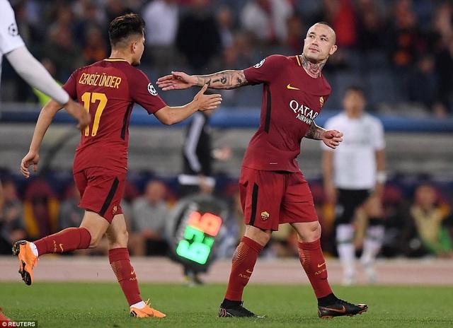 Nainggolan (phải) chỉ hơi mừng khi đội bóng có bàn thứ ba. Roma còn nhiệm vụ nặng nề khi ghi hai bàn thắng nữa mới có thể san hòa về tổng tỉ số (đồng thời không để thua thêm)