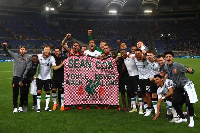 Các cầu thủ Liverpool xuống sân cảm ơn người hâm mộ đã theo chân đội bóng này tới Italia cổ vũ họ
