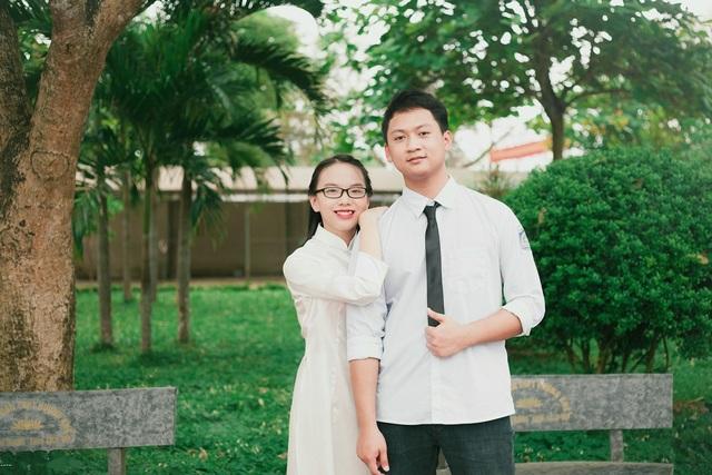 Phan Thị Thanh Hà (trái) trúng tuyển Đại học Bryn Mawr kèm học bổng 268.000 USD cho 4 năm học.