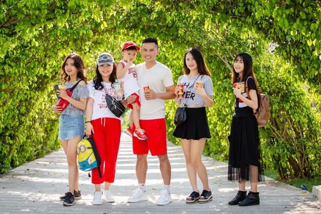 Gia đình đông con của ca sĩ Anh Tú- cựu thành viên nhóm nhạc Quả dưa hấu vừa cùng nhau đi chơi