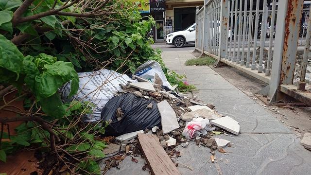 Trên bờ, nhiều điểm thành nơi đổ rác, tụ đọng dọc đường Mạc Thái Tổ.