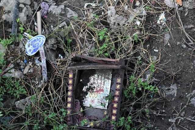 Đủ các loại rác thải, thậm chí cả đồ thờ cúng, bị người dân vứt xuống lòng mương.