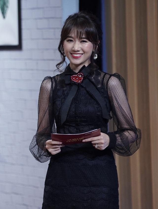 Mẹ cầu thủ Đình Trọng bất ngờ chia sẻ Hari Won là hình mẫu con dâu lý tưởng của bà